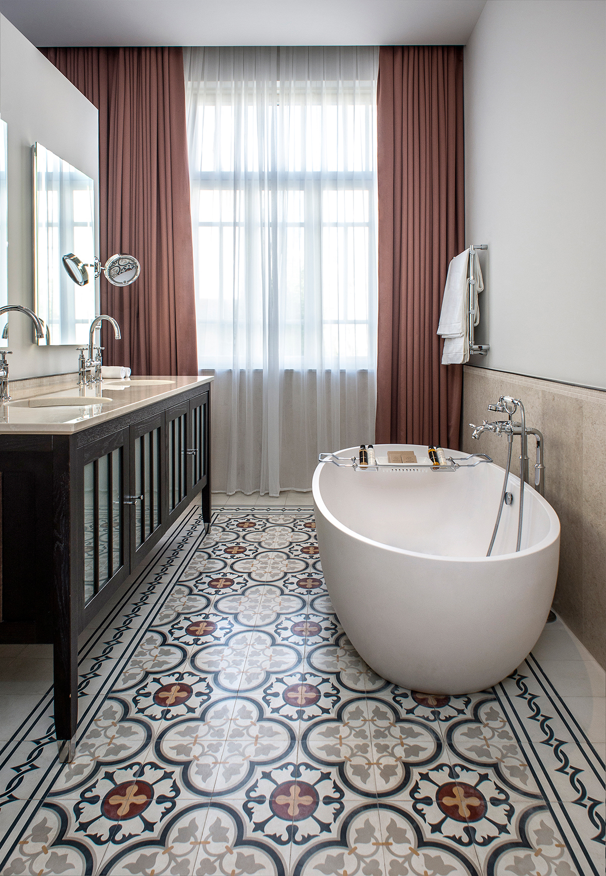 Encaustic cement tiles for Salle de bain douche italienne double vasque