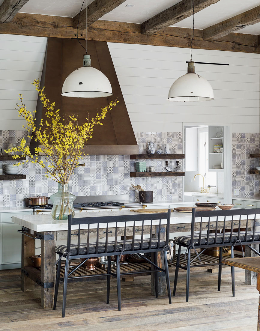A fresh approach to modern farmhouse decor in this kitchen mixing rustic and elegant decor elements. #modernfarmhouse #woodbeams #farmhousekitchen